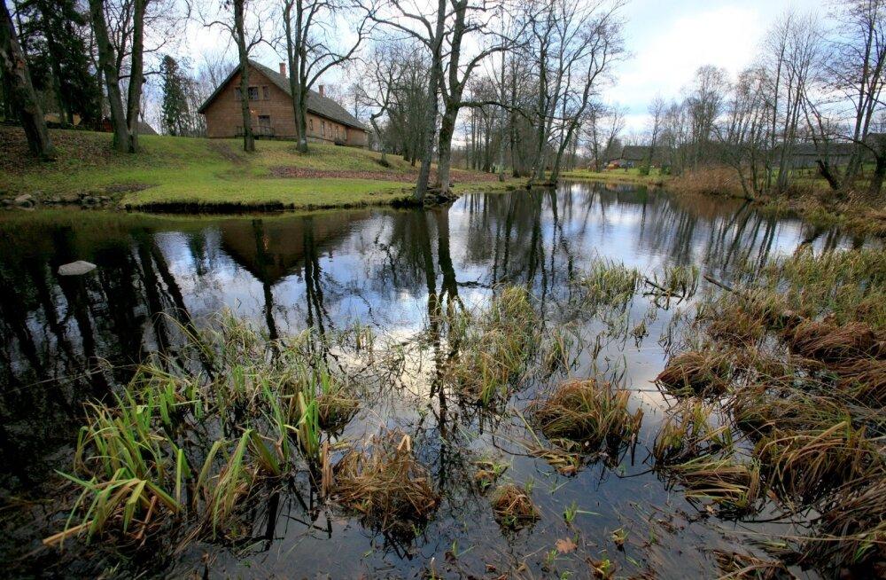 Palamuse kihelkonnakooli maja Amme jõe kaldal äratab igaühes kulutulena hargneva mõttelõnga.