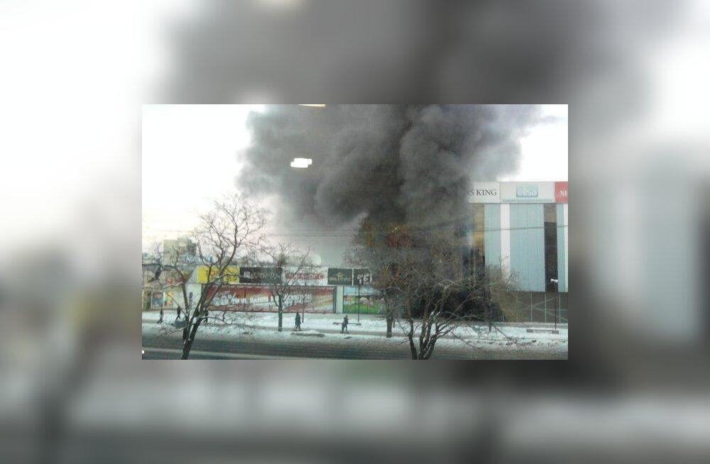FOTOD: Narva kaubanduskeskuse parkimismajas puhkes tulekahju