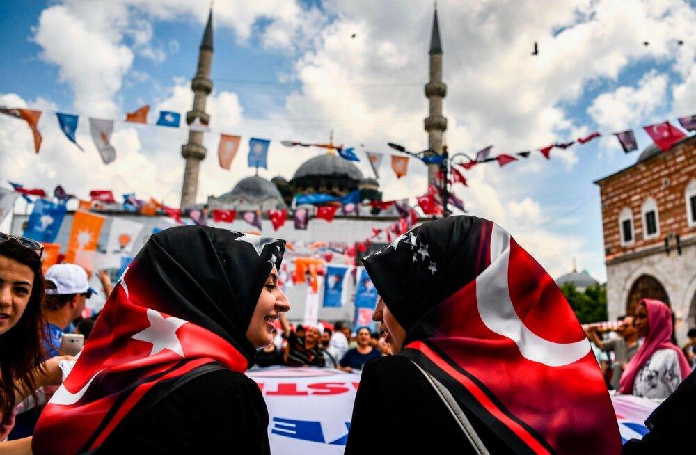Türgi presidendi Recep Tayyip Erdoğani toetajad sel nädalal riigi suurimas linnas Istanbulis kampaaniaüritusel
