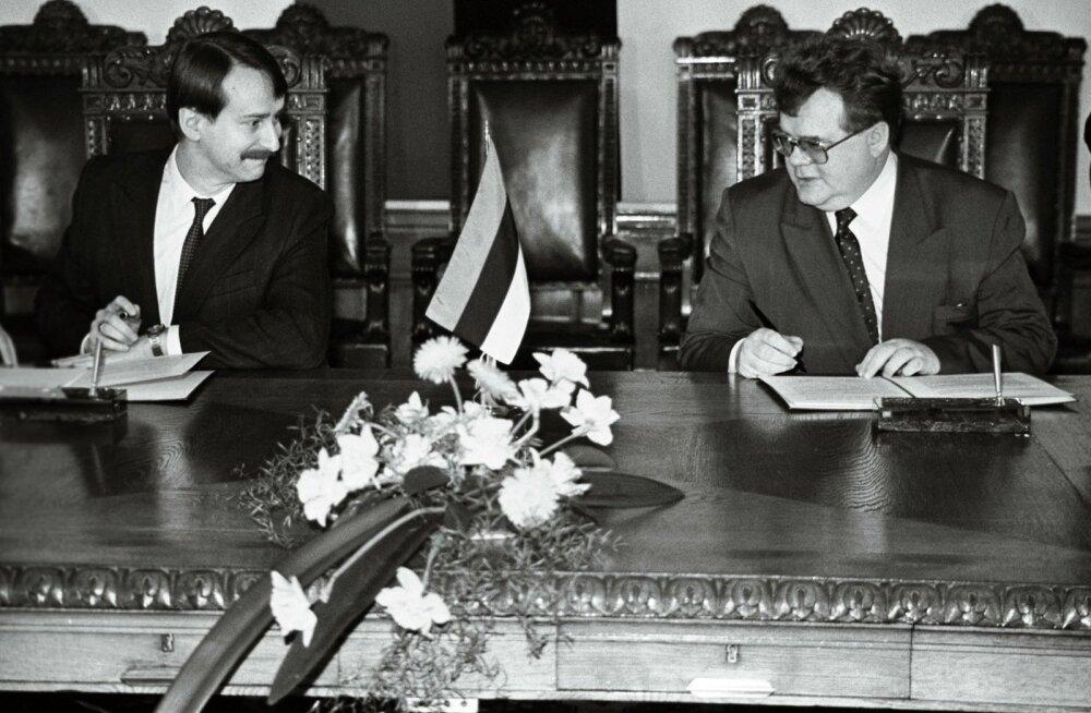 Edgar Savisaar ja Siim Kallas kirjutasid alla sotsiaaltagatiste üldkokkuleppele 1991. aastaks.13.02.1991
