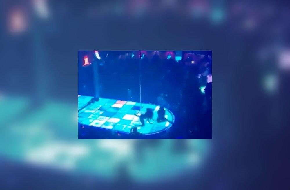 VIDEO | Hirmus! Pea viie meetri kõrguselt posti otsast alla kukkunud strippar tantsib edasi nagu midagi poleks juhtunud
