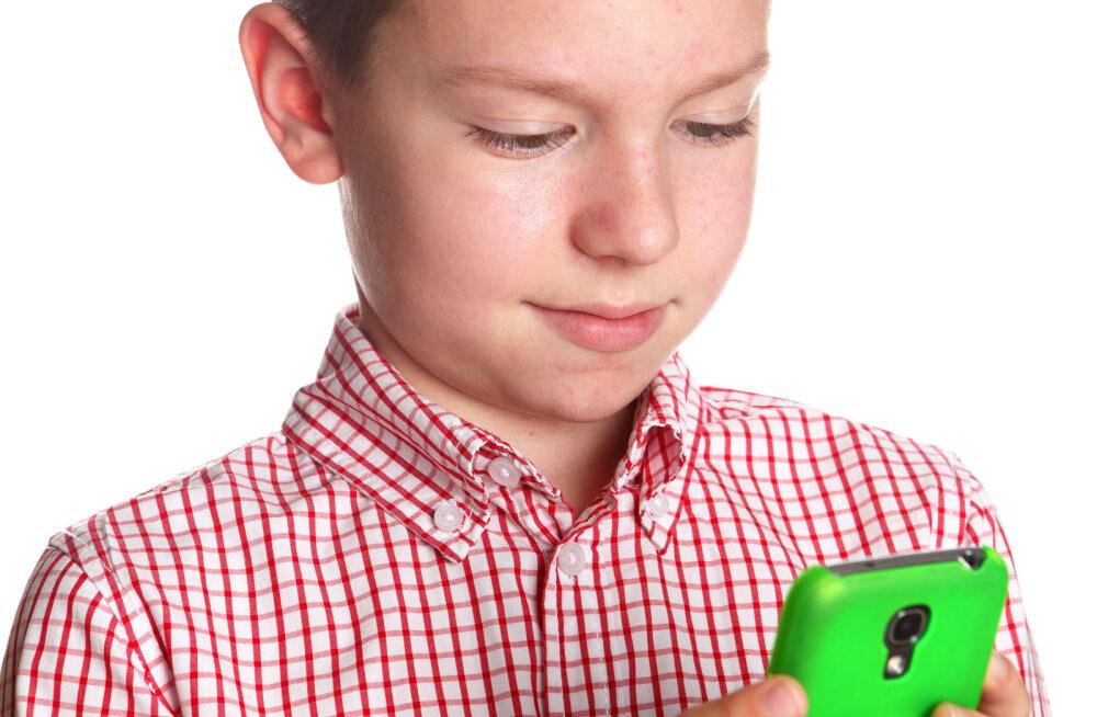 Uuring: 61% vanematest hoiab lapsel läbi sotsiaalmeedia silma peal