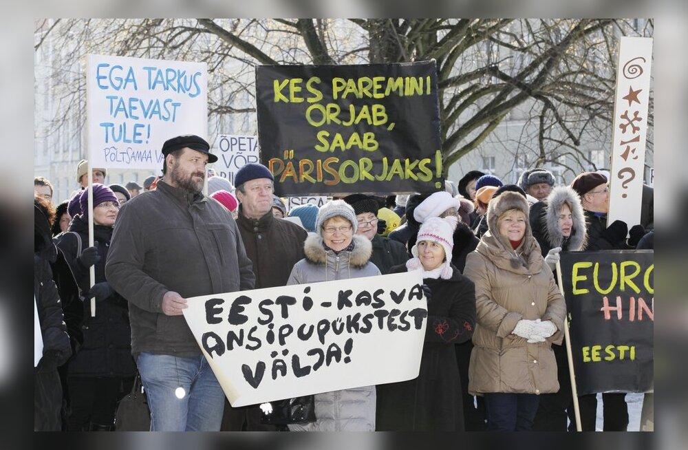FOTOD: Tartus kogunes sadu õpetajaid haridusministeeriumi ette