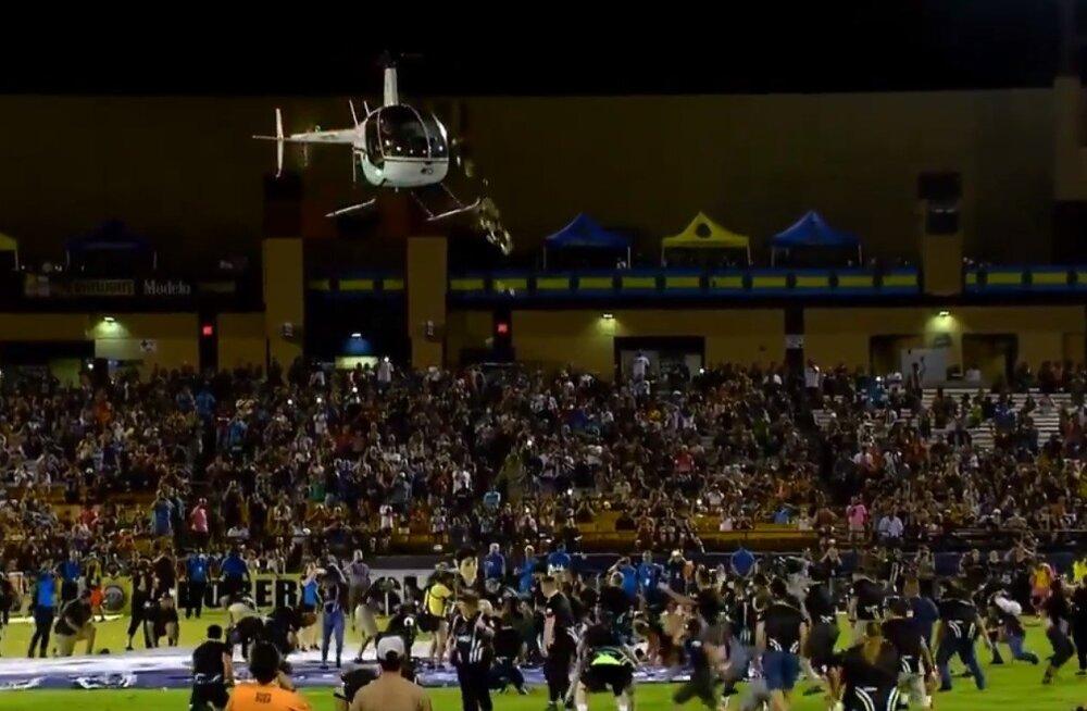 ВИДЕО: Перед футбольным матчем в Лас-Вегасе с вертолета выбросили 5000 долларов