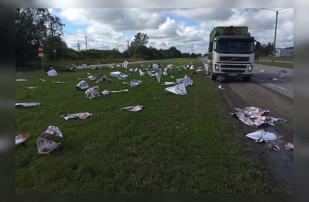 ФОТО: На Петербургском шоссе из мусоровоза вылетели газеты