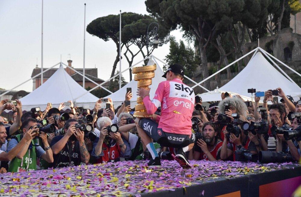 Chris Froome Giro d´Italia võidutrofeega poseerimas