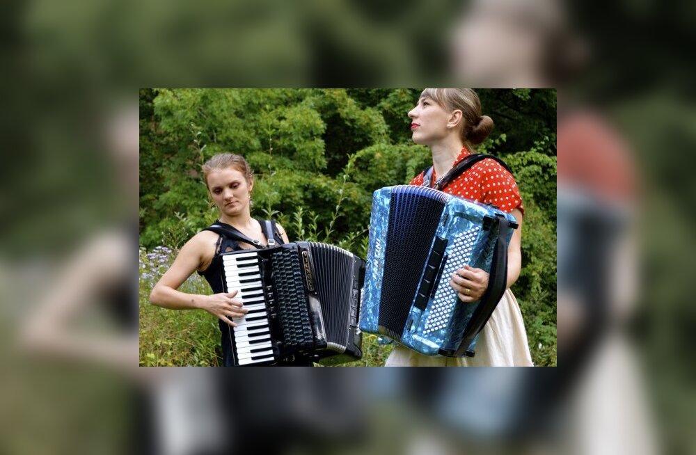 Eestlanna ja inglanna rikuvad traditsioone ja mängivad akordionit