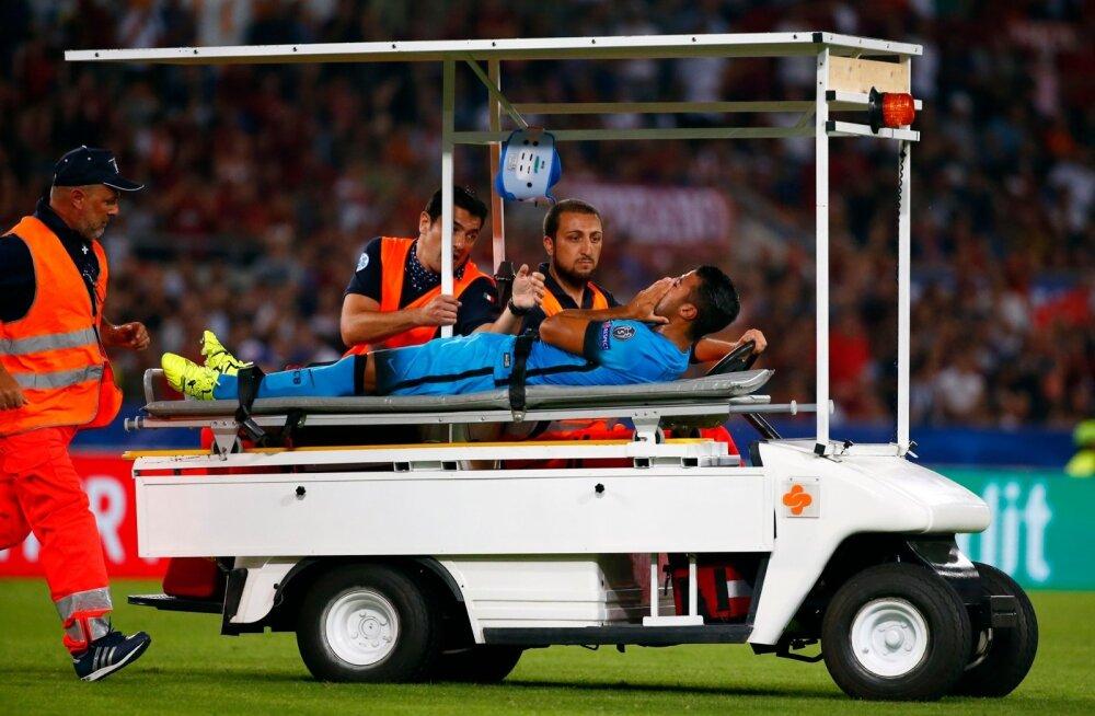 FOTOD: Barcelona ründaja sai Roma mängul tõsiselt vigastada