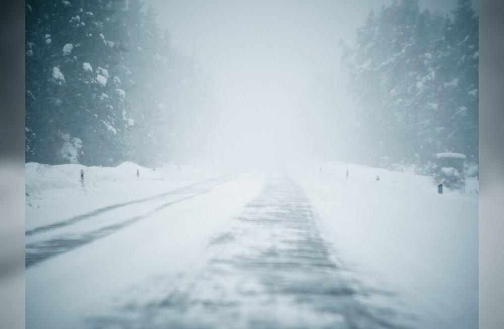 Tallinna-Tartu maanteel sõitis kütuseveok kraavi
