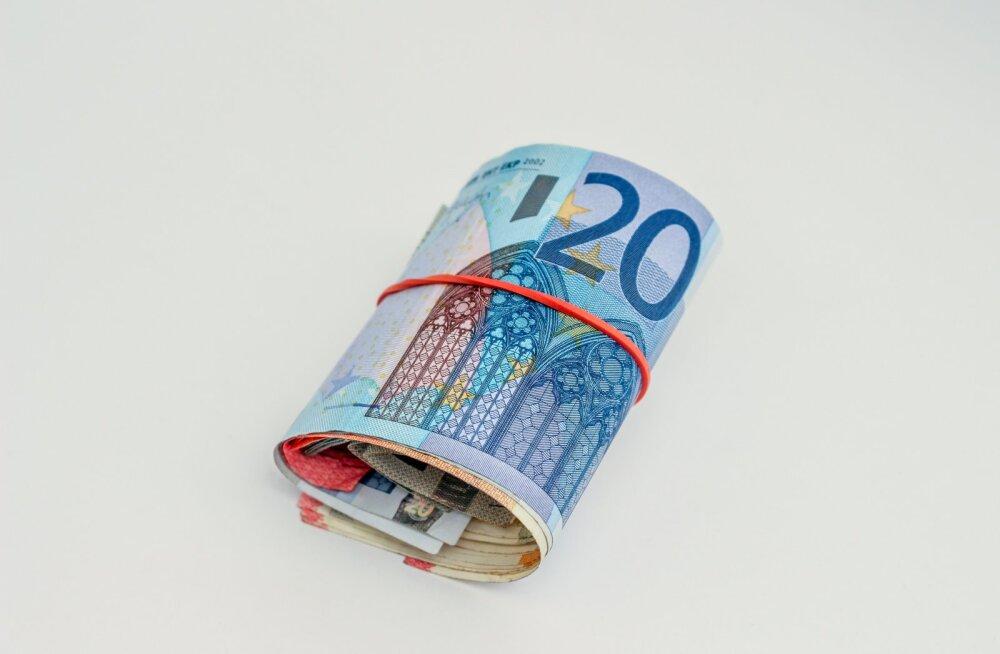 Lugeja sõpradest, kes nagu harakad raha kallale lendasid: kes tahtis kõrge palga eest tööd, kes laenu ning kes niisama raha ja kingitusi