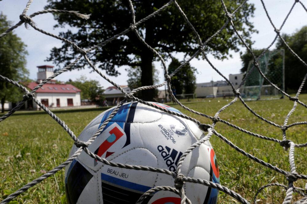 50cc502ebe3 Reuters: 15-meetrine tammepuu keset jalgpalliväljakut, mida ...