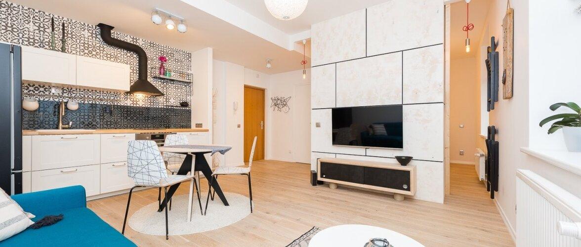 Skandinaavia stiilis kodu, mida ilmestavad värvikad elemendid