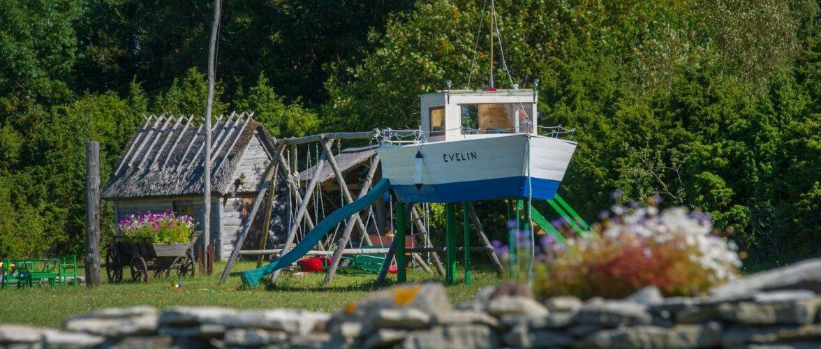 Mängumaja.Laev Evelin.Karala küla,Saaremaa.Ene ja Tiit Piipuu