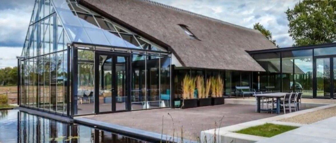 H-kujuline klaasist villa sulandub maakohta väga hästi. Efekti lisab tume puit