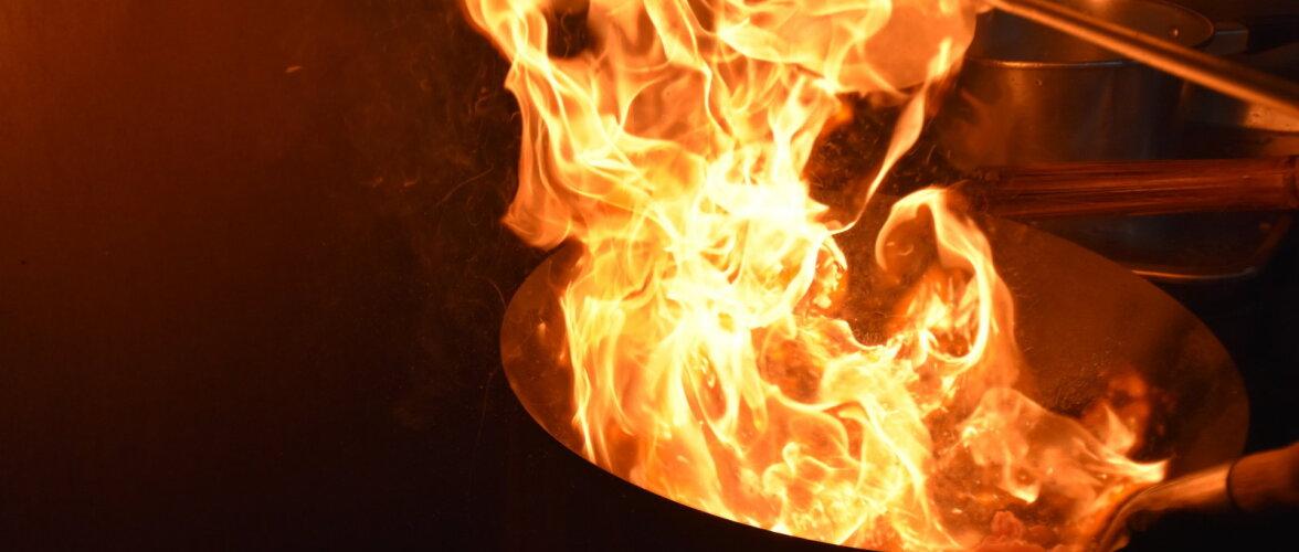 Kui kustutad põlevat rasva veega, tõusevad leegid mitme meetri kõrgusele. Vaata järgi!