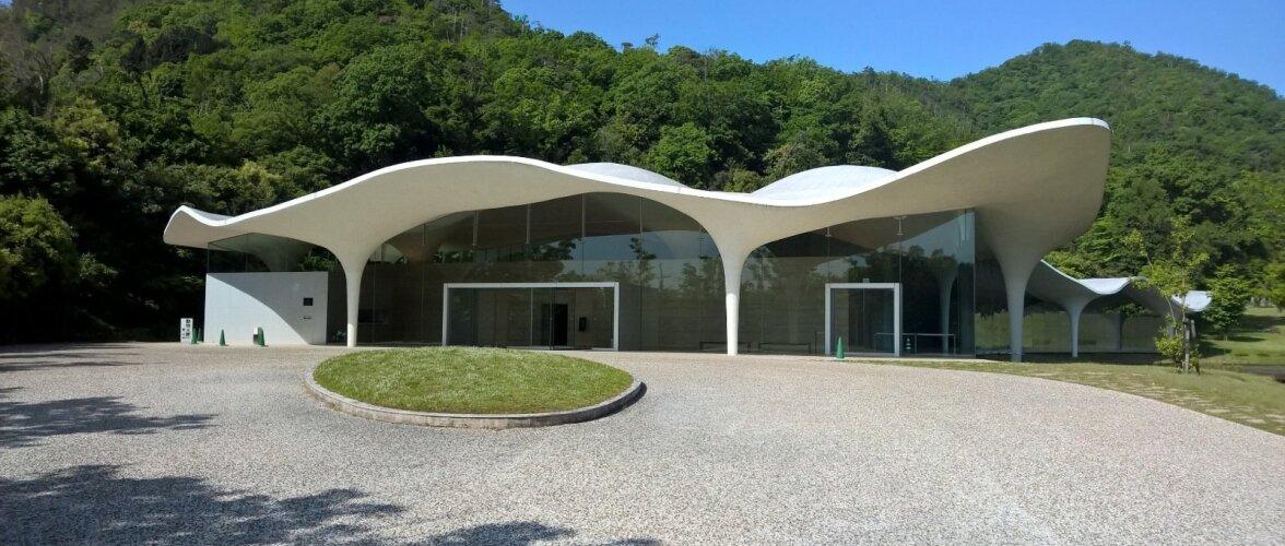Ilmekas näide arhitekt Toyo Ito loodud krematooriumist Kakamigaharas 2006. aastal - looduse kuju järgides.