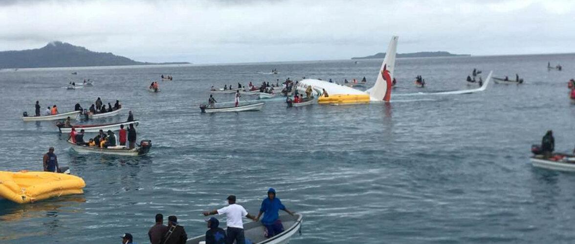 ФОТО и ВИДЕО: Пассажирский самолет упал в воду при посадке
