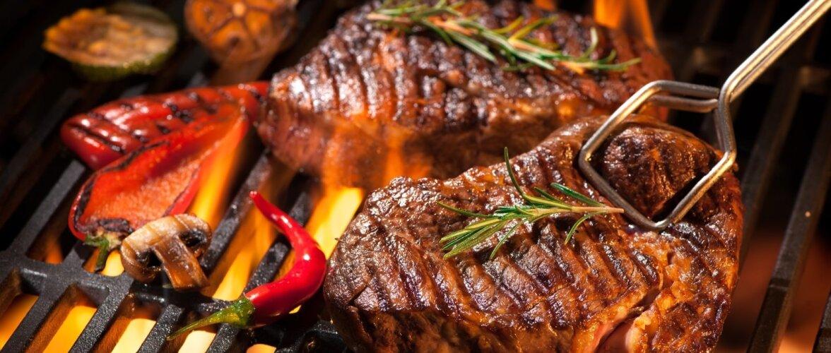 Marinaadi valmistamisel ja grillimisel võib kasutada mitmesuguseid ürte.