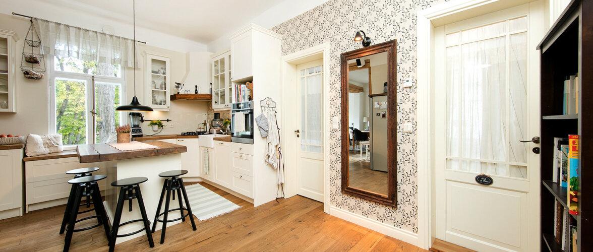 Tsaariaegsesse puitmajja rajatud moodne kodu väärtustab ajastu romantikat