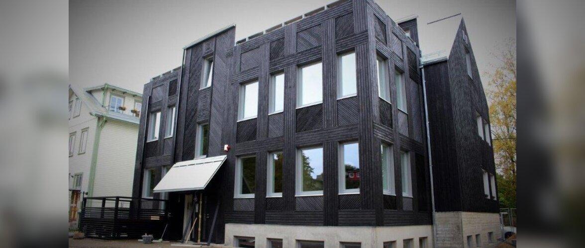 """Uus kuum trend - söestatud kuuega majad. ,,Krokodillinahkse"""" struktuuriga fassaad näeb efektne välja"""