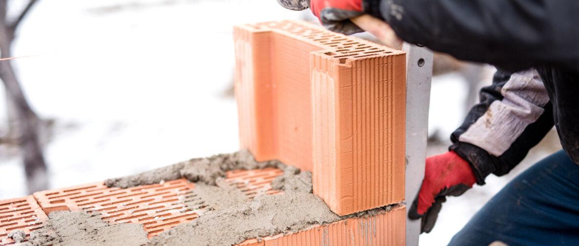 Mida tasuks teada talvisest müüriladumisest ja mördi segamisest? Kuidas pooleliolevat müüritist külma eest kaitsta?