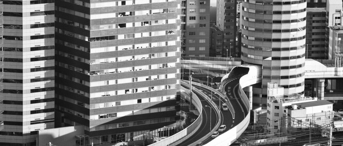 VIDEO | Hämmastav leidlikkus! Kiirtee kulgeb otse läbi pilvelõhkuja