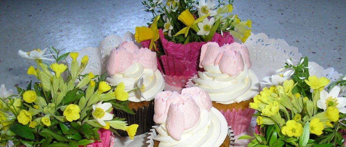 Muffinid ja vormidesse paigutatud kevadised seaded.