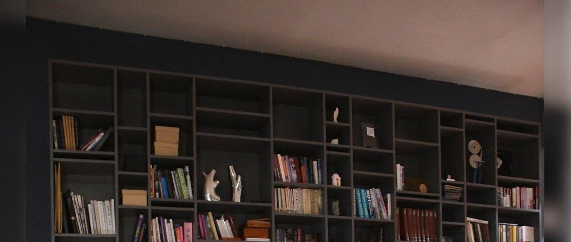 Riiulitesse mahuvad raamatud ja reisidelt toodud meened. Põrandal on kirju Marokost pärit vaip.