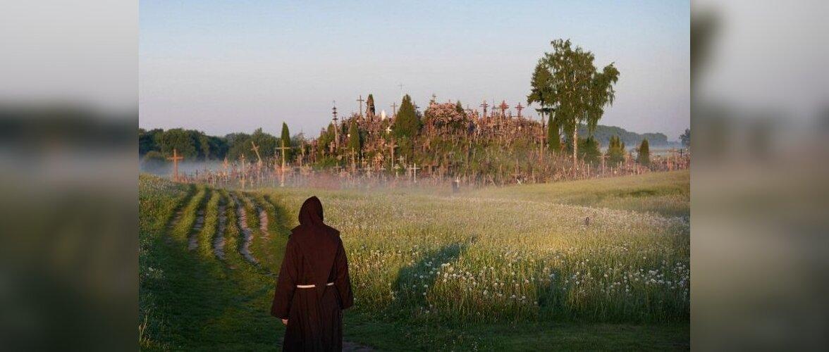Литва: какие тайны хранит чудесный холм ста тысяч крестов