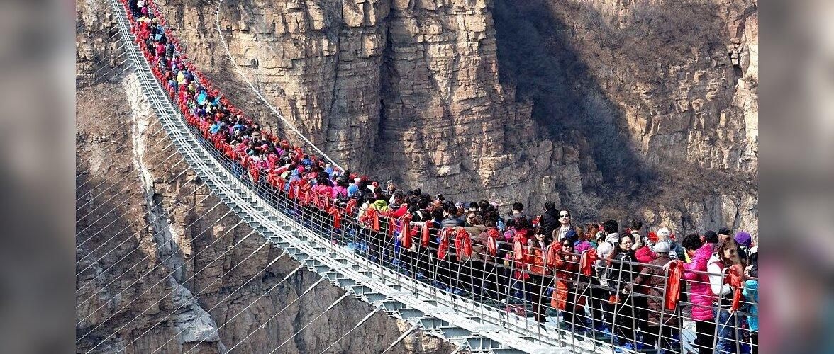Сотни туристов качались на стеклянном мосту в Китае