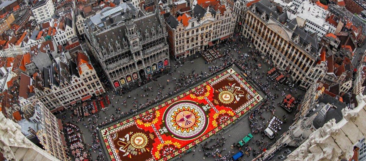 ФОТО: В Брюсселе расстелили традиционный гигантский ковер из цветов