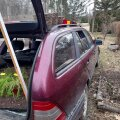 Paremal auto kõrval blokeeritud laugupeenar, luugi all petersell, murulauk, sibul, katusel sibul.