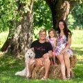 Sten, Emma-Mia ja Anett pere lemmikloomadega.
