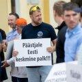 Eesti päästeala töötajate ametiühing korraldas neljapäeval Stenbocki maja ees piketi.