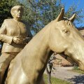 ФОТО | В Германии появился новый туристический объект — памятник Ангелы Меркель на коне