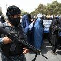"""В Кабуле прошла женская акция в поддержку """"Талибана"""". Ее участницы вышли на улицу в полностью закрытой одежде и в окружении боевиков"""