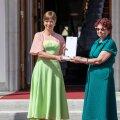 Президент и вирусолог Ирья Лутсар на мероприятии «Благодарим Эстонию» в июне этого года. Керсти Кальюлайд не любит рассказывать о своей внешности и одежде, но постоянная поддержка местных дизайнеров одежды всегда вызывает ажиотаж в модном сообществе