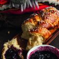 RETSEPT | Eriti pehme, õhuline ja veidi magus brioche, mis maitseb koduselt hästi koos talveks varutud moosiga