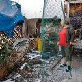 Iisraeli naine vaatab üle pommitamisest tehtud kahjud oma kodule