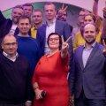 Võidukas Katri Raik oma võiduka meeskonna keskel pärast valimistulemuste teatavakstegemist