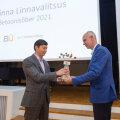 Tallinna linnapea Mihhail Kõlvart auhinda vastu võtmas.