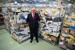 Omniva juht Aavo Kärmas kinnitab firma postijaotuspunktis saadetistekuhjade vahel seistes, et suurem kaubavoog on Hiinast ostupäeva ja jõulude tõttu alles tulemas.