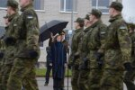 DELFI FOTOD: President Kaljulaid külastas vihma trotsides Viru jalaväepataljoni, Narva linnavalitsust ning kolledžit
