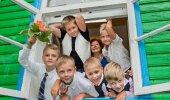 Esimene koolipäev Unipiha algkoolis.Unipiha algkooli esimesse klassi läks kuus poissi.Alumine rida-Joosep Kroon, Janor Rasumovski, Andreas Parol, Tristian Klimbek, ülemine rida- Ralf Plumer,Eha Jakobson (koolijuht ja klassijuhataja), Aleks Aavik.