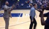 Lahe VIDEO: Korvpallitreeneril on iga tiimiliikmega erinev viis, kuidas tervitada