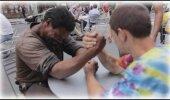 VIDEO: Mees otsib 2 kodutut ja paneb nad 100 dollari eest kätt suruma