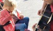 SÜDANTLIIGUTAV VIDEO: Tänavamuusik muudab autistliku tüdruku päeva eriliseks
