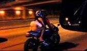 VIDEO: Põhjus, miks ei ole soovitatav sõita mootorrattaga lühikese seelikuga