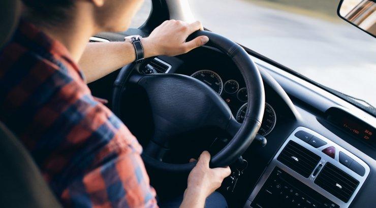 Ärritunud naine: mul on juba kümme aastat load olnud, aga mees keeldub mind rooli laskmast