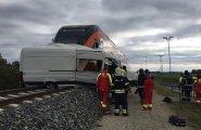 Ollepa rongipeatuses põrkasid kokku rong ja kaubik